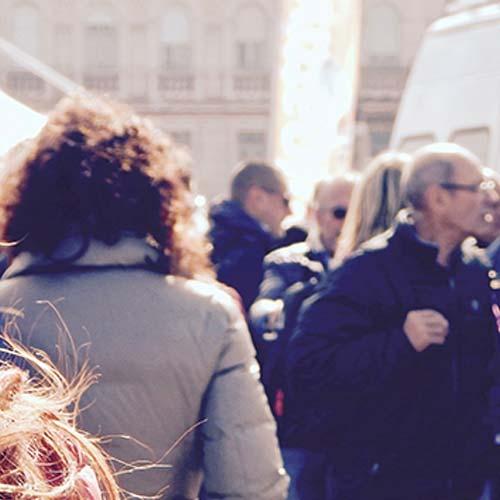 personen die over straat lopen